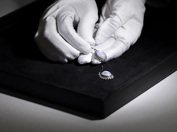 fotografía de pendientes y anillos con un estudio foto Packshot de segunda mano.