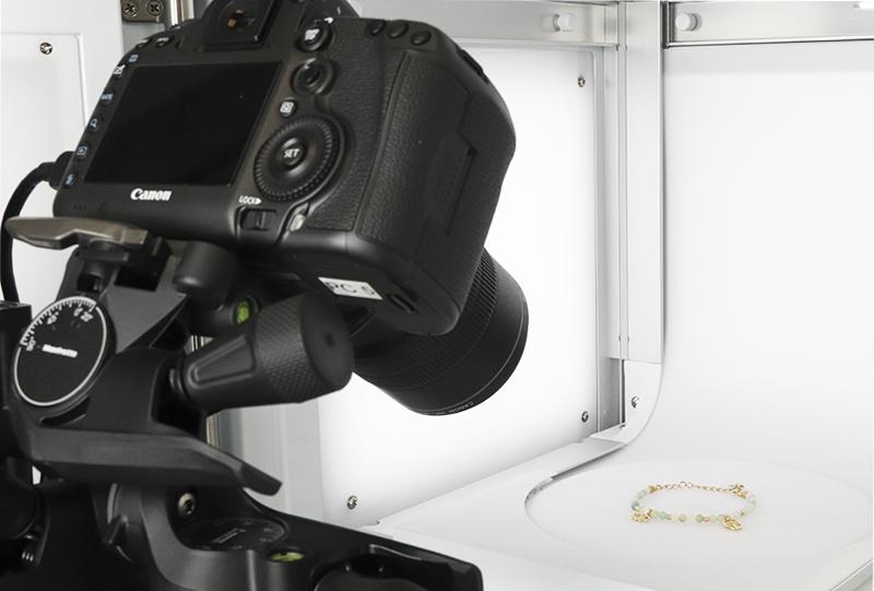 Coloca su cámara a la altura y ángulo deseados frente al estudio fotográfico con el MacroStand